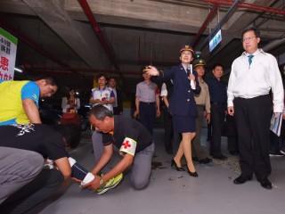 桃園市長鄭文燦巡視萬安40號演習傷患救護及戰災搶救演練情形。