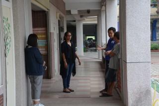 臺南市西港區某國小傳出老師因教學過程體罰學童情事,為老師打氣加油的家長到校關心。(圖/記者黃芳祿攝)