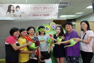 北台南家扶志工們提醒象徵灌溉幼苗灑水桶呼籲愛心家庭一起加入寄養行列。