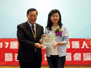 現代婦女基金會董事長潘維剛(右)感謝李昌鈺博士(左)對終止暴力的貢獻