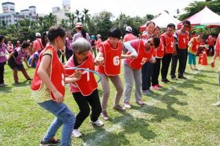 南投志工大會師呼拉圈接力賽等趣味競賽熱鬧滾滾。(記者扶小萍攝)