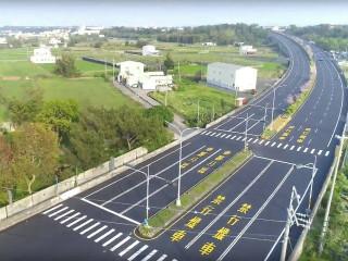 外埔三環路、大馬路到甲后路五段,全長5公里餘的主要道路路平完  工,路面平坦、花卉襯托,讓平穩行車間亦能享受到美景。(記者陳  榮昌攝)