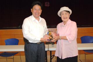 彰化市長邱建富(左)贈獎座給謝阿柳副董事長(右),感謝大通電子公司長年來的仁心義舉。