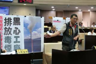 蔡宗智議員指工業區有不良廠商涉嫌利用中午或深夜排廢氣污染居住環境。(記者扶小萍攝)