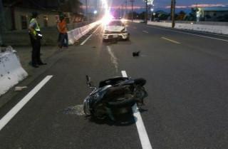 口湖雲164縣道發生自小客車疑因車速過快,追撞轉彎機車的事故,傷者經送醫急救仍不治。(記者陳昭宗拍攝)