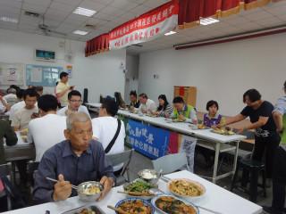 區長林敬榜出席關懷老人共餐,並邀替代役役男公益表演團體「旺年天團」為長者表演。(圖/記者黃村杉攝)