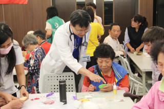 千千團隊教病友自製作香包。(記者許素蘭/攝)