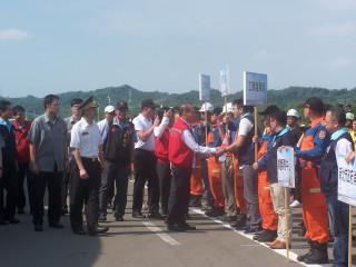行政院長林全向參與人員握手致意。(記者許素蘭/攝)