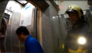 女子受困故障電梯 警消及時合力救援助脫困