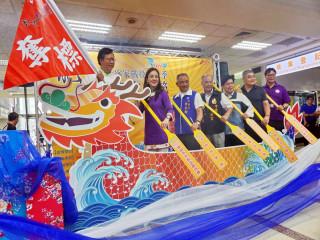 桃園市長鄭文燦扮演「奪標手」和與會貴賓們一起划龍舟,為即將登場的龍潭龍舟賽提前暖身。