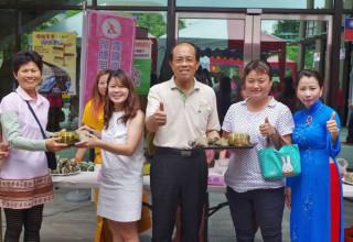 虎尾就業中心邀請新住民朋友與求職民眾歡慶端午佳節,鎮長林文彬也到場學習多元創意粽子料理。(記者陳昭宗拍攝)