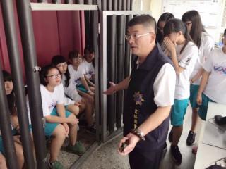 北港高中紫錐花推廣社學生由教官帶隊至北港警分局進行參訪,致力將反毒的風氣與精神由校園推向社會。(記者陳昭宗拍攝)