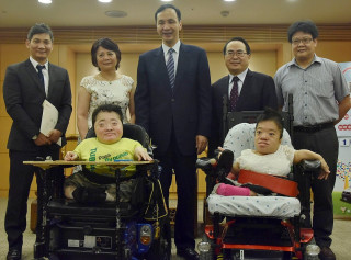 建偉公司總經理鄭圭華捐贈復康巴士給八里愛心教養院。(圖/記者黃村杉攝)