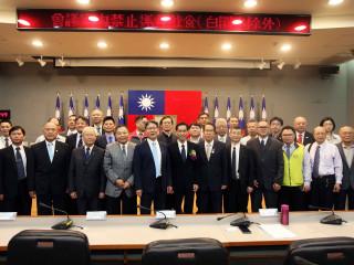 經濟發展局新任局長張峯源25日在葉惠青副市長及產業代表的見證下完成就職儀式。(圖/記者黃村杉攝)
