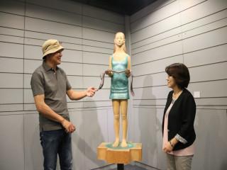 日本藝術家吉田敦到弘光科大舉辦「活在此處」展覽,靈感創作都  有故事性,自然又環保,引發參觀觀眾的省思。(記者陳榮昌攝)