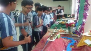 水里商工餐飲科學生為水里國中學生做原民風味創意餐的導覽介紹。