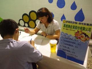台南就業中心端午職場體驗及問答拿獎品,吸引逾百人前往。
