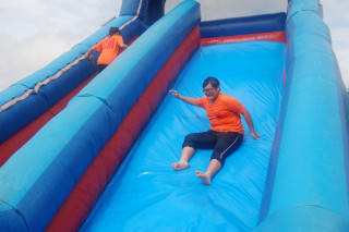 何爺爺跳跳屋滑水場在七股三股國 小吸人潮,孩子們玩的樂不可支。(圖/記者黃芳祿攝)