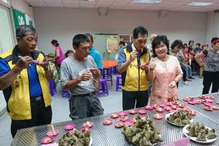 總幹事林翠香與家政班婆婆媽媽們一起在端午佳節作公益,亦倡導食在地、享當季,增加農民收益。(記者陳昭宗拍攝)