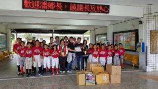 熱血老爸環島傳愛做公益,為偏鄉小學棒球隊送來滿滿營養及球具(圖/台東縣政府提供)