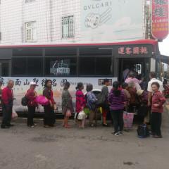 圖:台灣汽車客運業產業工會理事長李彥興利用乘車人數多的時候持牌前往桃客大溪總站抗議。(記者陳寶印攝)