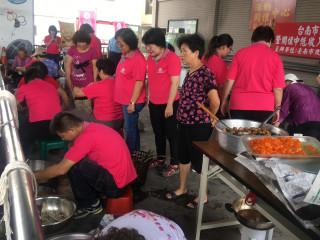 尚頂里社區志工包粽,送給當地弱勢及求職民眾。