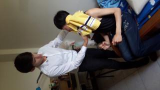 圖:賴宏緯(左)幫哥哥洗澡穿衣服