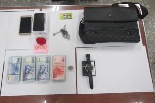 新營分局員警執行勤務機警,發現可疑騎士攔下盤查,查獲狡猾詐騙集團成員並起出詐騙款項37多萬元和手機等。