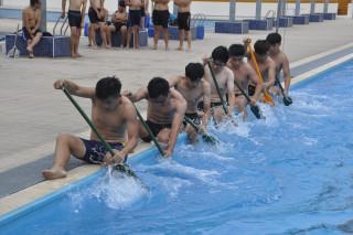 建國科大25名學生先在學校附近的建興游泳池練習划槳和默契,為鹿港賽龍舟筆賽暖身。