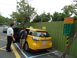 交通局力推的校園計程車共乘計畫獲得學生好評,加入共乘的學校持續增加,目前已有四所大專院校上路。(圖/記者郭文君攝)