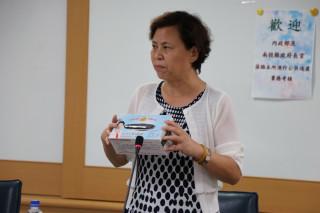 南投市長宋懷琳向評鑑委員說明南投公共造產績效。(記者扶小萍攝)