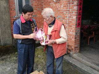 金山區長陳國欽親自送肉粽及物資給獨居長者。(圖/記者黃村杉攝)