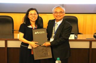 崑山科大蘇炎坤校長(右)贈送禮品及證書予教育部資訊及科技教育司詹寶珠司長(左)。