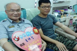 響應「捐血一袋,救人一命」,佳里分局長黃智勝(左一)率分局幹員們募集血液239袋、5萬9,750CC。