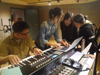 老師指導學生打造自己的畢業歌,並完成伴奏與配唱,錄製成畢業歌Demo(圖/臺北市青少年發展處提供)