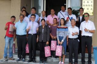 府城新南向奏功,菲國農業部區官員認同臺南市動保處長吳名彬(前排左三)講解動保處處理流浪毛小孩創新保護做法。