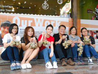 台灣世界展望會飢餓30代言人宋芸樺,台南地區服務共度端午佳節。