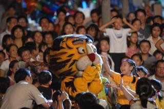 麻豆區演出《武松打虎》是紙風車編創熱鬧又趣味。(圖/紙風車提供)