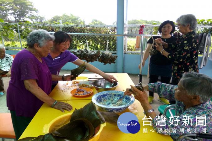 90多歲長者(左下角)包出來粽子另有一番味道,在旁學習阿公、阿嬤們嘖嘖稱奇。