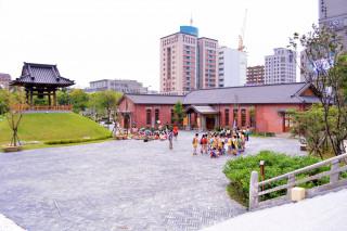 西本願寺廣場提供充分活動空間。
