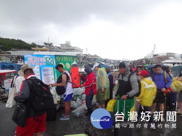 守護離島環境 蘭嶼馬拉松跑者「多背1公斤」