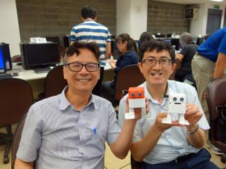 元智大學校長吳志揚(左)與副教務長蔡介元(右)一同學習製作機器人