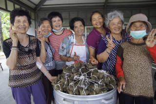 慈濟新營區婆婆媽媽歡喜包粽送愛。(圖/慈濟人提供)