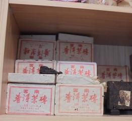 台北市岩韻茶行販售的「雲南普洱茶磚」,竟驗出台灣早已禁用的農藥DDT,北市衛生局要求販售業者下架問題普洱茶磚並銷毀。圖/台北市衛生局)