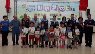 縣長頒發繪畫比賽獲獎學童。(記者許素蘭/攝)