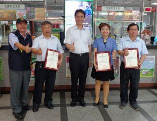 分局長李憲蒼前往郵局表揚3名協助防止民眾遭受詐騙的行員,頒發獎狀感謝他們的用心。(記者陳昭宗拍攝)