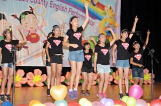 學生透過流利的英語對話、載歌載舞創意演出,展現學習成果。(記者許素蘭/攝)