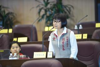 市議員劉曾玉春建議市府針對長青學苑開班時間,應該擴及寒暑假。(圖/桃園市議會提供)