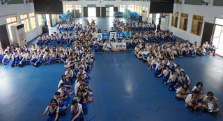 揚子中學247位學子以行動響應救援東非糧荒,排出「非」字齊心祝福,用愛滋潤東非大地拯救兒童。(記者陳昭宗拍攝)