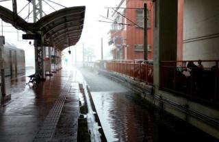 3日早上台鐵西部幹線雲林縣大林─林內間,出現積水淹沒軌道的情況,因此形成南下列車只能到彰化、北上列車只能到嘉義的情況。不過台鐵表示,由於積水已漸消退,因此西部幹線即起恢復正常通行,至中午12時,共影響33列次、4867名旅客。(圖/fun臺鐵Facebook)
